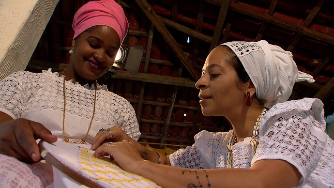 Fernanda Coelho (dir) ensina o bordado barafunda (Foto: TV Bahia)