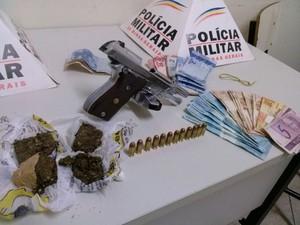 Drogas, uma arma e dinheiro estava com os suspeitos. (Foto: reprodução\Polícia Militar)