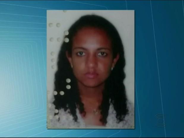 Jovem foi morta com golpes de facada e encontrada na cama na casa em que morava em Campina Grande (Foto: Reprodução/ TV Paraíba)