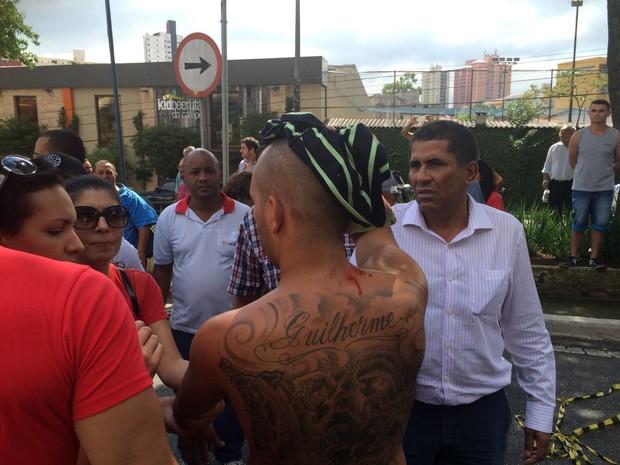 Homem fica ferido após tumulto em frente à casa de Lula (Foto: Tatiana Santiago/G1)