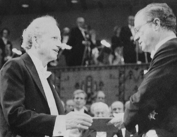 Na esquerda, Becker recebe o prêmio Nobel de economia em 1992. (Foto: Tobbe Gustavsson, arquivo/AP Photo)