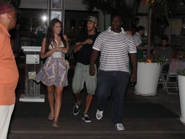 Bruna Marquezine e Neymar com amigos em restaurante na Zona Oeste do Rio (Foto: Dilson Silva/ Ag. News)