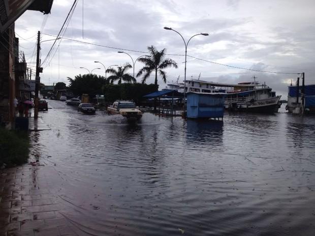 O aumento do nível do rio dificulta o acesso de motoristas e pedestres (Foto: Adriano Farias)