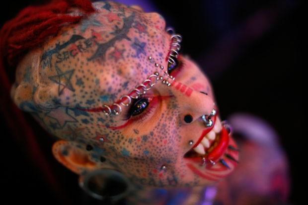 Mexicana María Jose Cristerna implantou chifres de titânio na cabeça e presas na boca (Foto: Jorge Silva/Reuters)
