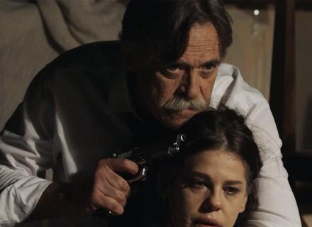 Gibson aponta arma para Nelita