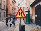 Artista faz intervenção e instala placa de sinalização 'viciado em celular'