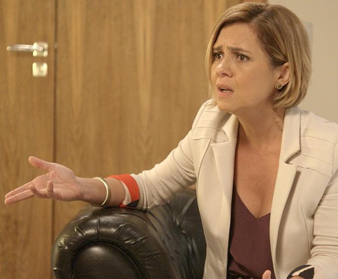 Inês conversa amigavelmente com Regina (Foto: TV Globo)