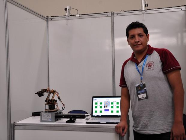 O boliviano Mauricio Claros levou para a Fetin um braço robô (Foto: Divulgação/ Inatel)