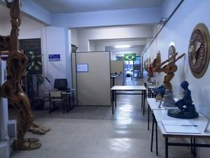 Obras expostas em corredor da biblioteca Ataliba Lago (Foto: PMD/Divulgação)