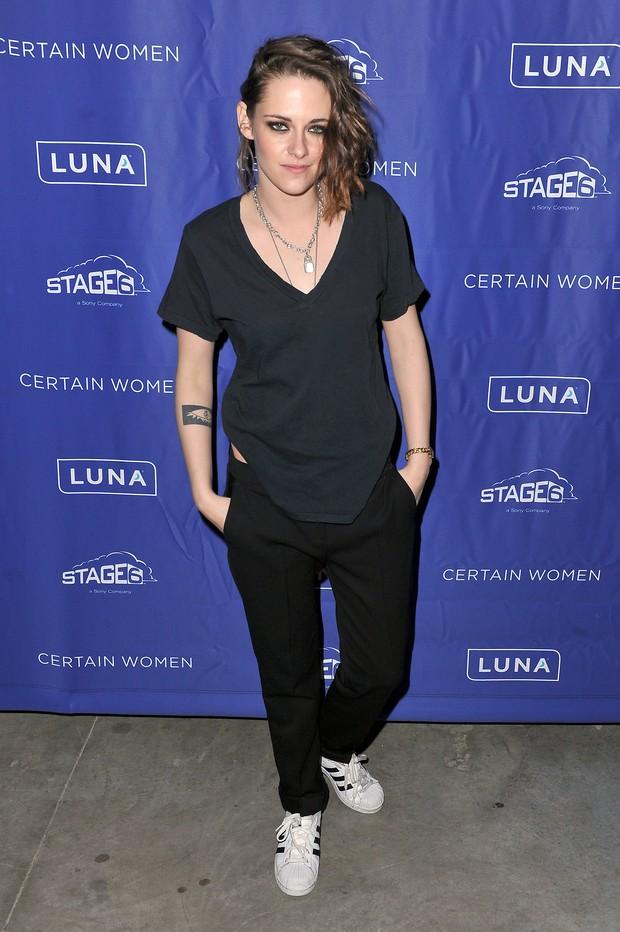 Kristen Stewart aposta no estilo rebelde e andrógino. Atriz  completa 26 anos neste sábado, 9  (Foto: Getty Image/X-17/AKM)