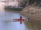 Sem pontes, moradores do Roxinho, interior de RR, atravessam rio a nado