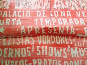 Cartaz de espetáculo realizado pelo Circo Teatro Irmãos Almeida (Foto: Fernando Pacífico / G1)