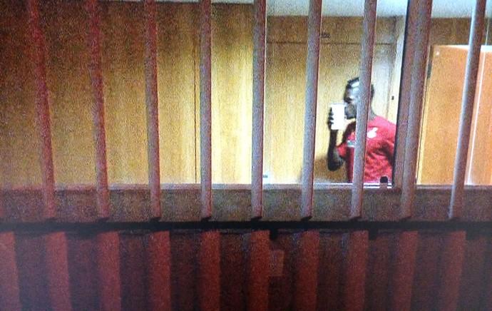 jogadores de Gana recebendo o dinheiro no hotel (Foto: Almir de Queiroz / TV Globo)