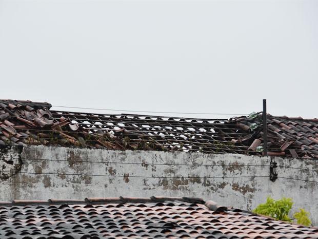Telhado da penitenciária foi danificado após explosão da caldeira (Foto: Walter Paparazzo/G1)