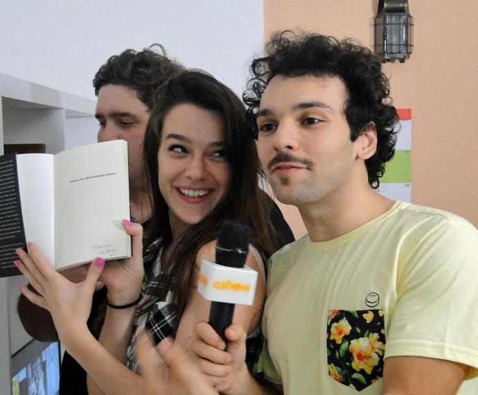 Mariana Molina e Raphael Ghanem brincam durante a gravação (Foto: Fabio Rosso/ Gshow)