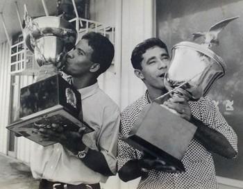 Palmiro e Venícius com os troféus da Copa Norte 1997 (Foto: Manoel Façanha/Arquivo Pessoal)