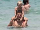Thiago Lacerda aproveita bom tempo e curte praia com a família