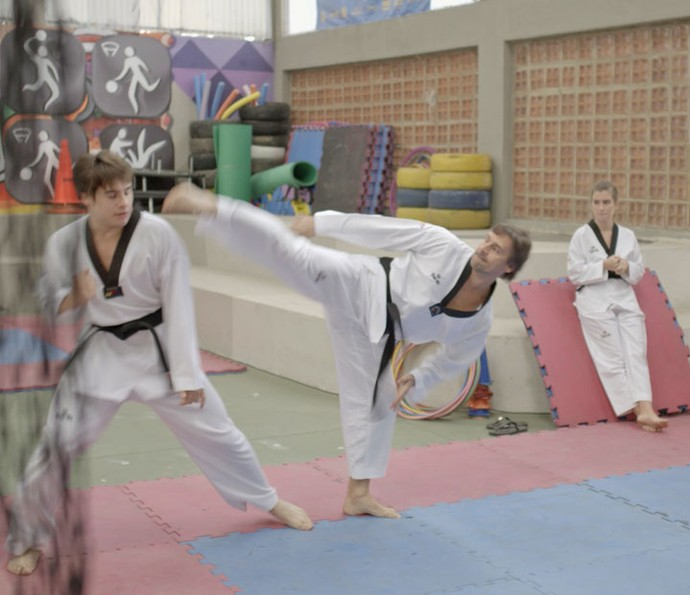 Flávia observa Rodrigo treinar e torce pelo namorado (Foto: TV Globo)