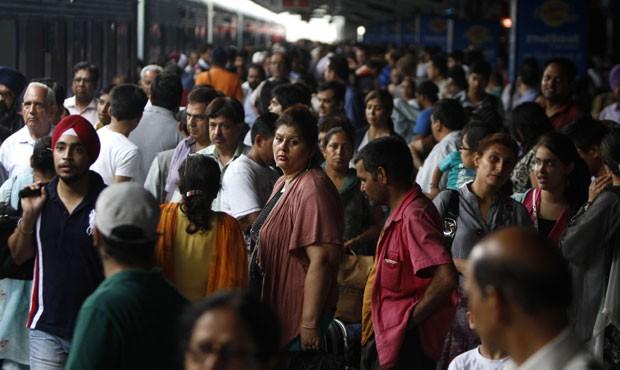 Indianoesperam volta do metrô na manhã desta segunda-feira (30, horário local) (Foto: AP)
