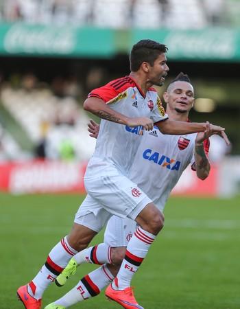 Eduardo da Silva e Pará comemoram gol Coritiba x Flamengo (Foto: GERALDO BUBNIAK/AGB/ESTADÃO CONTEÚDO)