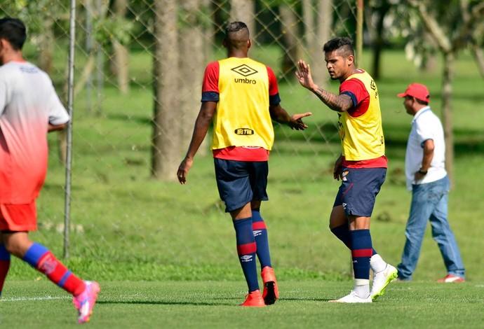 Lateral-esquerdo Roberto Atlético-PR Marcílio Dias (Foto: Site oficial do Atlético-PR/Gustavo Oliveira)