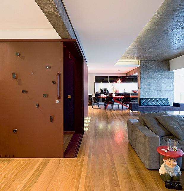 casa-e-jardim-705-superlimao-sala-de-estar-living-elevador-hall-de-entrada-piso-madeira-sofa-concreto-viga-porta-de-correr-aço-corten (Foto: Maira Acayaba/Editora Globo)