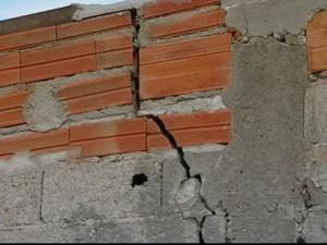 Rachaduras em casas de Mogi das Cruzes (Foto: Reprodução/TV Diário)