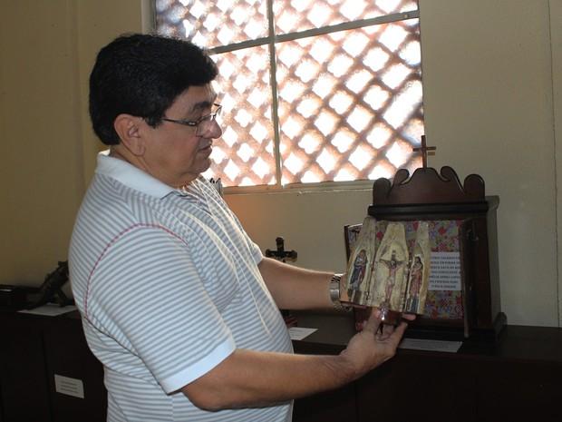 Imagens sacras foram cravejadas em uma espécie de garrafa em madeira (Foto: Patrícia Andrade/G1)