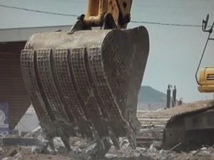 Demolição começou nesta terça (24) (Foto: Reprodução/Inter TV)