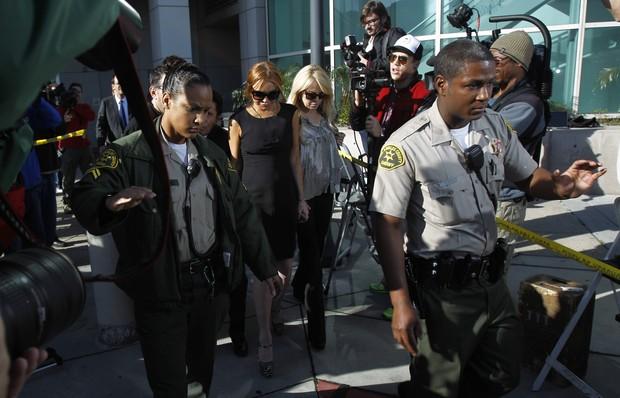 Lindsay e sua mãe deixam tribunal (Foto: Mario Azuoni/Agência Reuters)