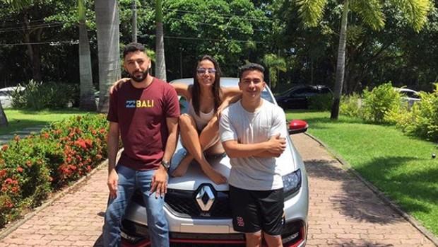 Anitta com Fábio, quem levou o carro, e o irmão, Renan (Foto: Reprodução/Instagram)