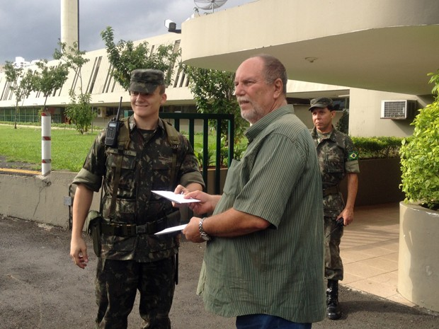Organizador do movimento entrega carta pedindo volta dos militares ao poder (Foto: Tatiana Santiago/G1)