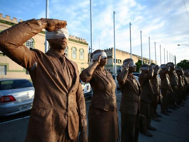 Os cegos levantaram bolsas, celulares, bocumentos e pastas executivas em  forma de protesto em frente aos órgãos públicos do estado (Foto: Jonathan Lins/G1)