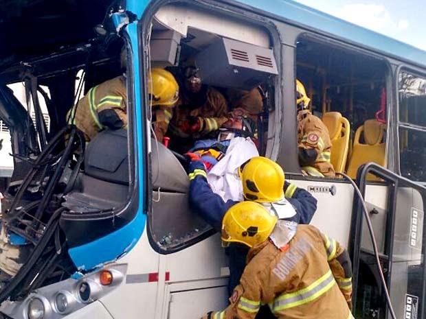 Bombeiros trabalham para retirar motorista de ônibus que se feriu em acidente no Eixinho L., em Brasília (Foto: Corpo de Bombeiros-DF/Divulgação)