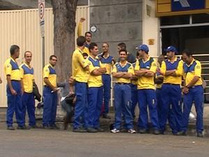 Funcionários paralizaram os trabalhos nest manhã em Divinópolis (Foto: Reprodução/TV Integração)