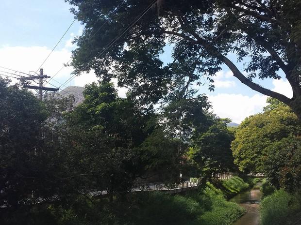 Em Nova Friburgo, calor e ceú claro a parcialmente nublado (Foto: Juliana Scarini / G1)