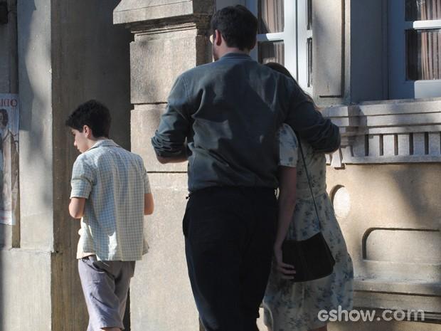 Os três saem juntos e abraçados. Será que Toni e Hilda voltaram? (Foto: Joia Rara/TV Globo)