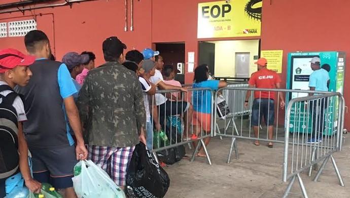 Máquina, troca de ingressos, Paysandu x Águia, Mangueirão (Foto: Flávia Araújo/GloboEsporte.com)