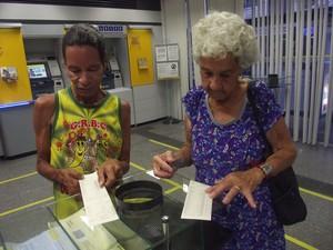 Marinô e dona Neide conferem o saldo da conta no banco (Foto: Tomás Baggio/G1)
