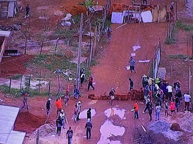 Moradores fazem barricadas para impedir derrubada de moradias (Foto: TV Globo/Reprodução)
