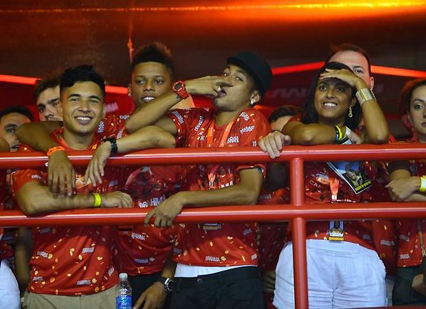 """De longe, Neymar faz gesto de """"estou de olho"""" para Bruna (Foto: Fabio Cordeiro/Revista QUEM)"""