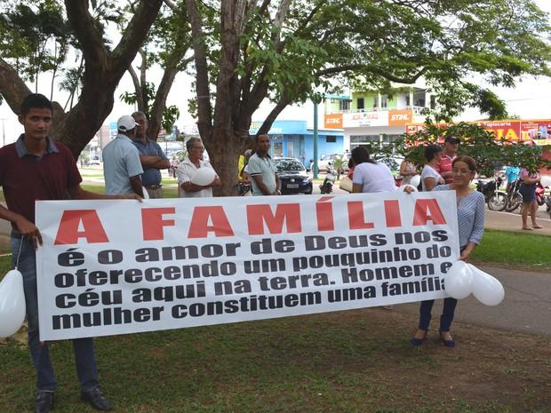 Protesto contra família homoafetivas foi feito neste sábado (Foto: Ana Claudia Ferreira/G1)
