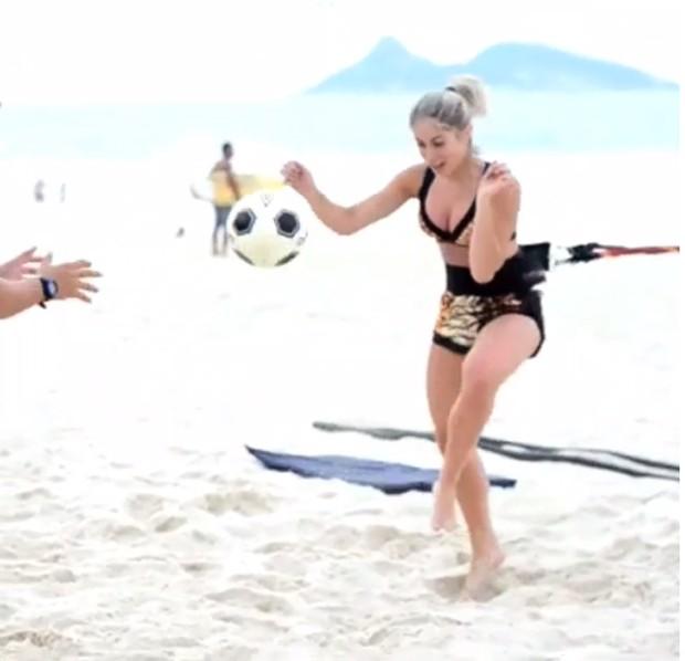 De top e shortinho, Carol Narizinho se exercita na praia e faz ... - Revista Quem