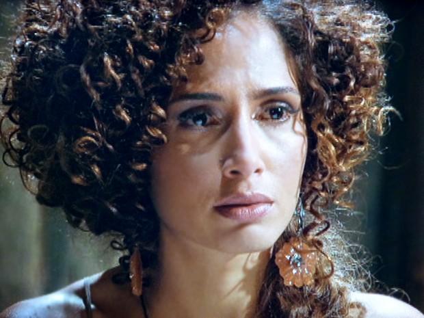 Isabel fica chocada ao ouvir que seu filho está vivo (Foto: Lado a Lado / TV Globo)
