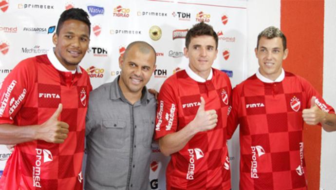 Gabriel, Ângelo e Marcelo Toscano, reforços do Vila Nova (Foto: Divulgação/Vila Nova)