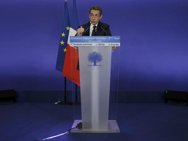 Nicolas Sarkozy, líder de partido político conservador e ex-presidente francês, assiste a uma conferência de imprensa após o encerramento de urnas (Foto: Christian Hartmann/Reuters)