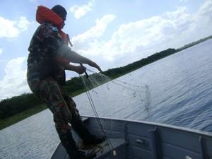 Polícia ambiental apreende 800 metros de rede de pesca em rio de MS (Foto: Divulgação/PMA)