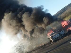 Corpo de Bombeiros controlou incêndio de veículos (Foto: Edivaldo Braga/ blogbraga)