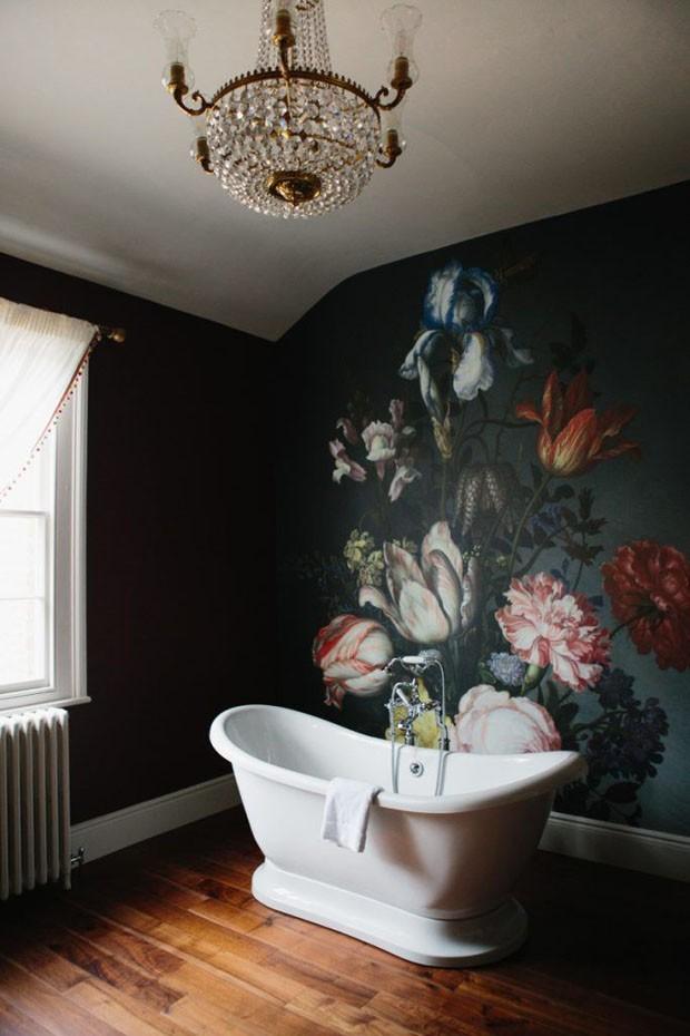 Décor do dia: banheiro vintage com papel de parede floral (Foto: Reprodução Pinterest)