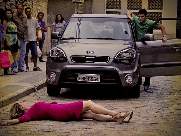 Monalisa se joga na frente do carro do filho para impedi-lo de partir (Foto: Avenida Brasil / TV Globo)